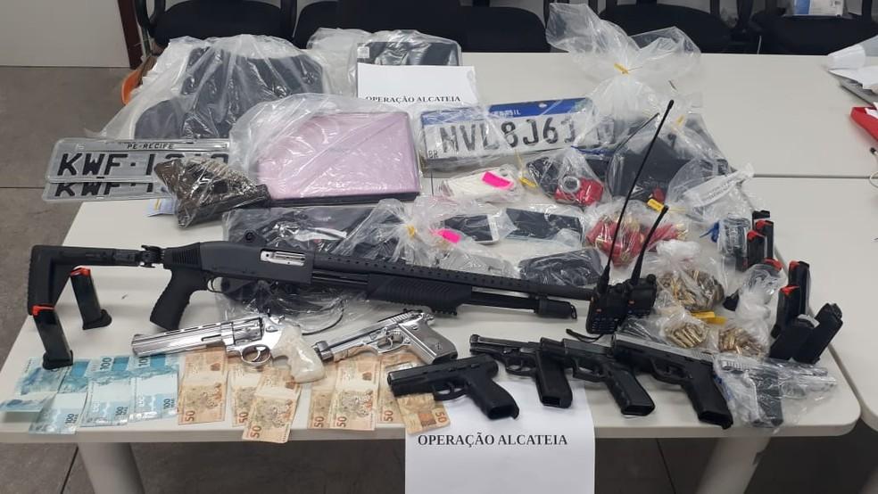 Materiais foram apreendidos em operação que terminou com quatro PMs presos na Bahia, por envolvimento com milícias — Foto: Divulgação/SSP-BA