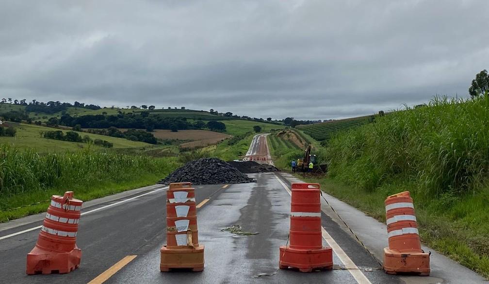 Obras de desvio em cratera da MGC-491 começaram nesta quinta-feira (13) — Foto: Gabriela Prado/EPTV