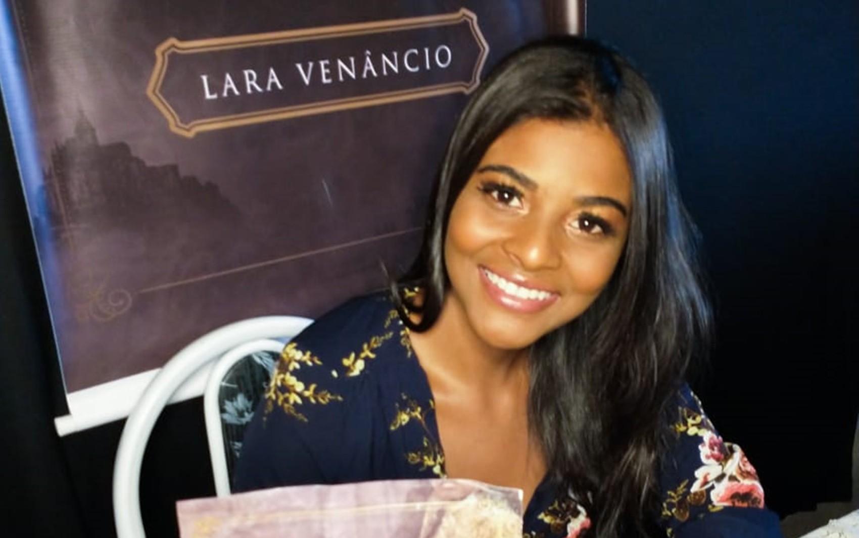 Escritora de 23 anos lança livro sobre empoderamento feminino em Carmo da Cachoeira, MG