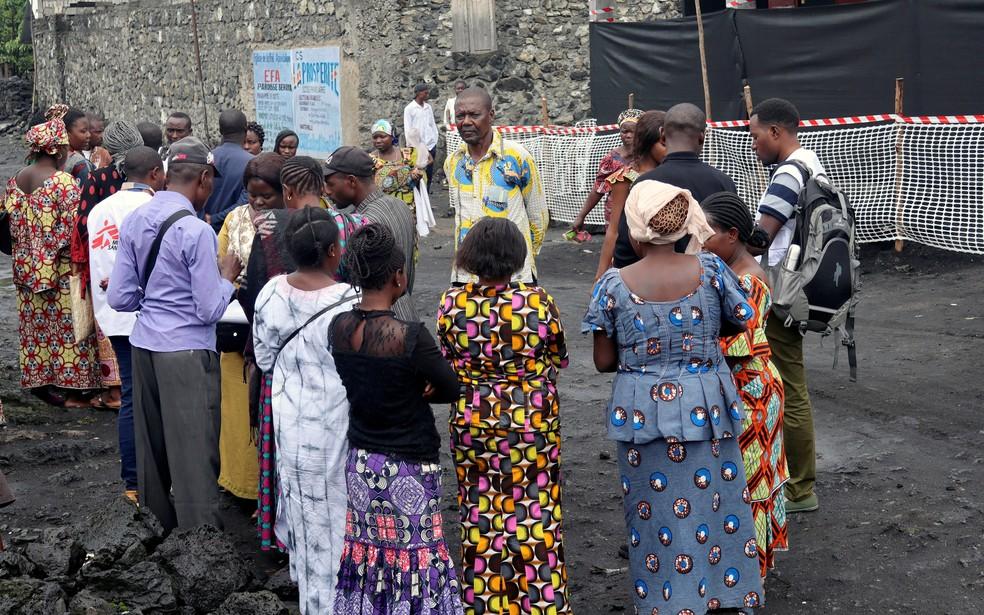 Moradores se reúnem ao redor de funcionários do Médicos Sem Fronteiras em Goma, na República Democrática do Congo, para segunda rodada de vacinação contra o ebola em novembro de 2019. — Foto: Fiston Mahamba/Reuters