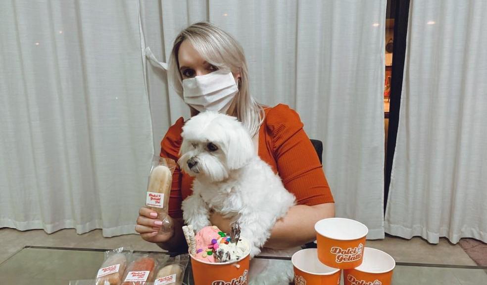 A empresária Giovana Ferreira e o seu cachorro Chico são clientes fiéis da sorveteria que oferece espaço compartilhado. — Foto: Arquivo Pessoal