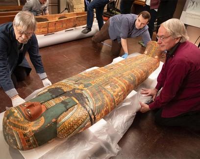 Desenho de deus egípcio é encontrado em sarcófago de 3 mil anos