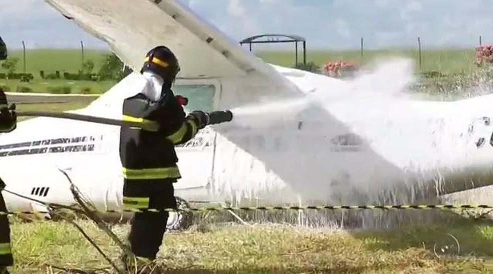 Bombeiros preveniram explosão após acidente envolvendo avião em Araçatuba (SP) (Foto: Reprodução/TV TEM)