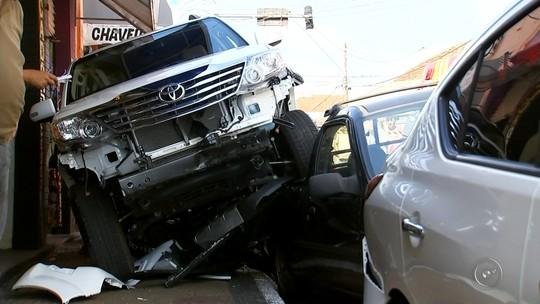 Veículo descontrolado sobe em calçada e destrói carros e motos em Marília