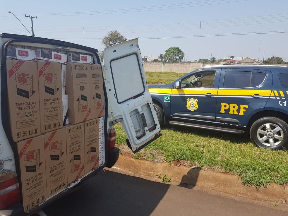 Fiorino estava carregada com 25 mil maços de cigarros contrabandeados do Paraguai (Foto: PRF/Divulgação)