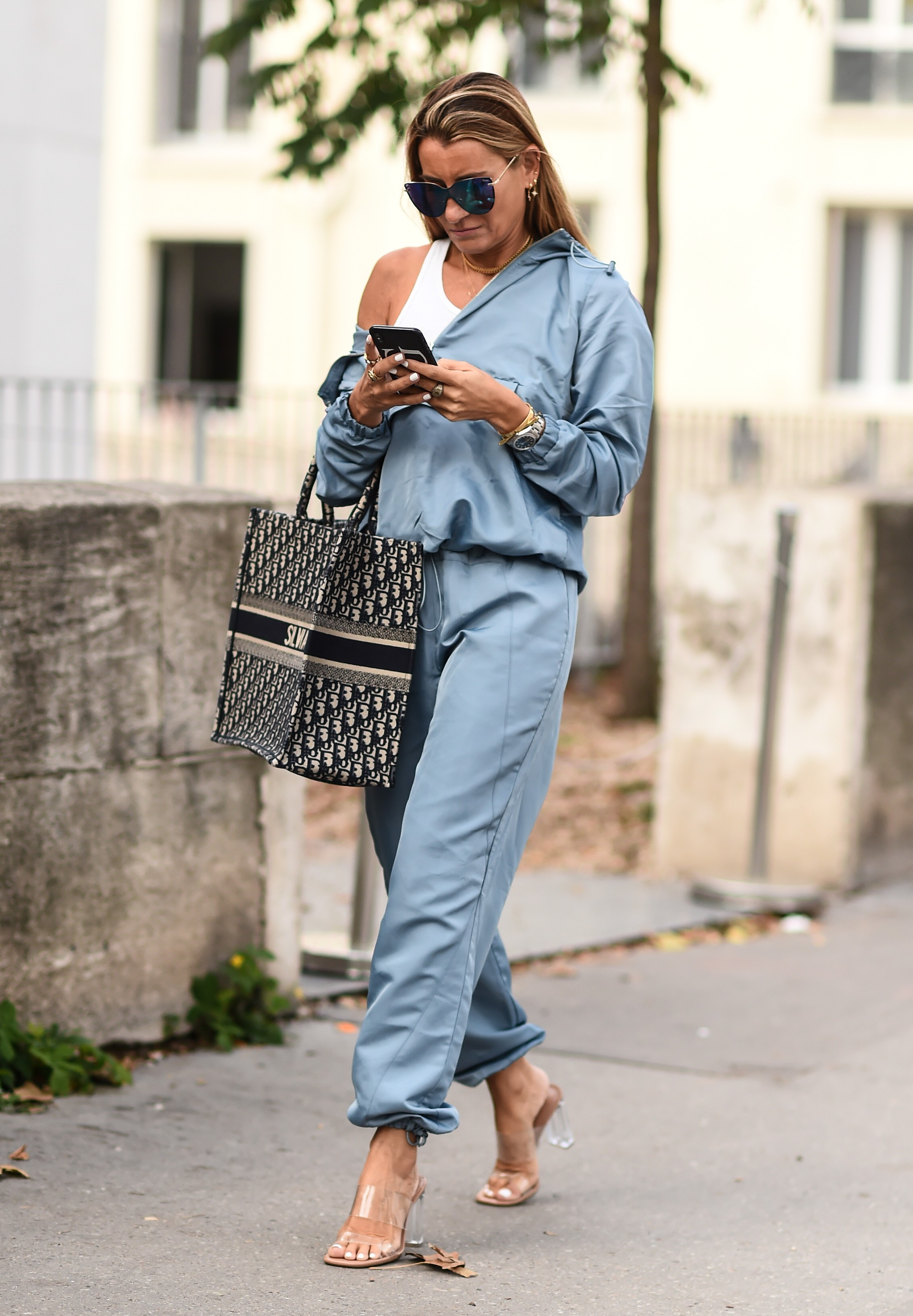 PARIS, FRANCE - SEPTEMBER 28:  A guest is seen wearing a blue one piece outfit and black and white bag outside the Haider Ackermann show during Paris Fashion Week SS20 on September 28, 2019 in Paris, France. (Photo by Daniel Zuchnik/Getty Images) (Foto: Getty Images)