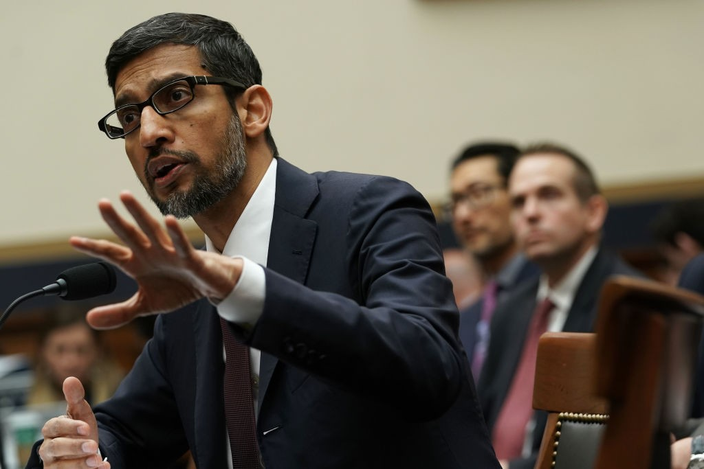 """Google CEO Sundar Pichai Testifies Before House Judiciary Committee WASHINGTON, DC - DECEMBER 11: Google CEO Sundar Pichai testifies before the House Judiciary Committee at the Rayburn House Office Building on December 11, 2018 in Washington, DC. The committee held a hearing on 'Transparency & Accountability: Examining Google and its Data Collection, Use and Filtering Practices."""" (Photo by Alex Wong/Getty Images) (Foto: Alex Wong/Getty Images)"""