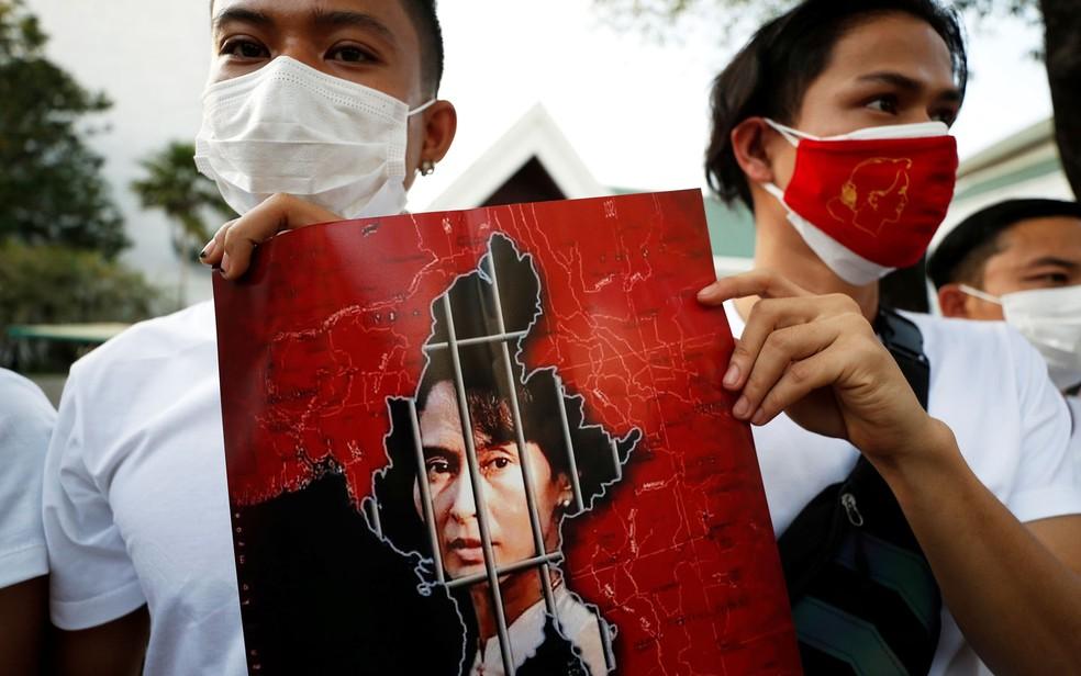 Cidadãos de Mianmar seguram foto da líder Aung San Suu Kyi durante protesto contra golpe militar no país, do lado de fora de prédio da ONU em Bangcoc, na Tailândia, na terça-feira (2) — Foto: Reuters/Jorge Silva