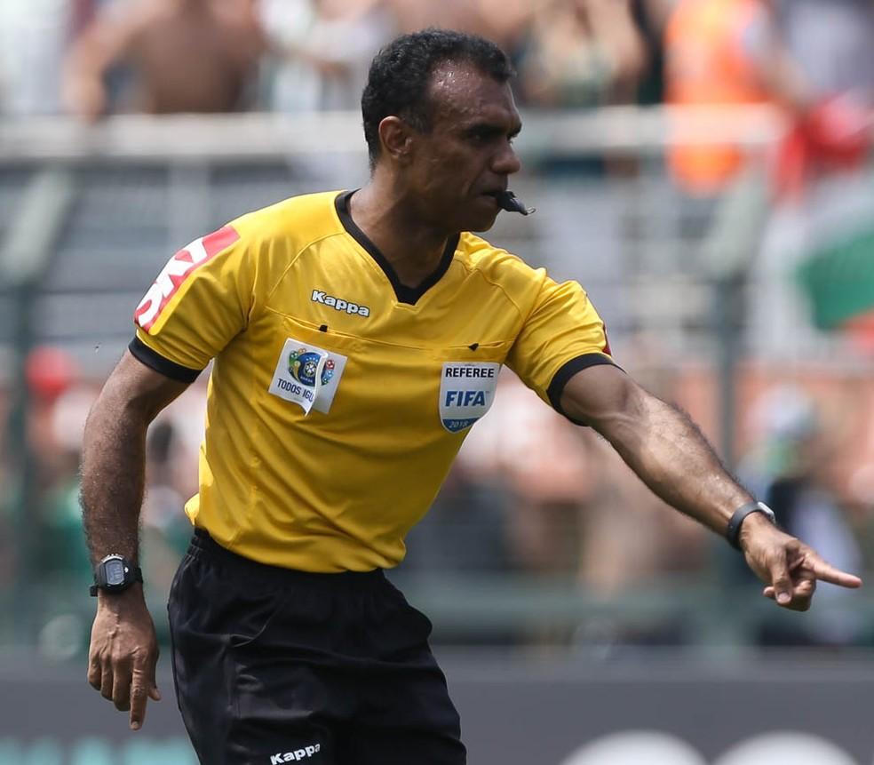 Palmeiras x Cruzeiro: árbitro Dewson Fernando Freitas da Silva marcou pênalti em lance fora da área, a favor do time mineiro — Foto: Cesar Greco/Ag. Palmeiras