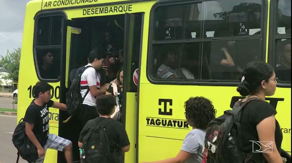 Alunos contaram que até mesmo em paradas dentro da universidade há risco de ser assaltado (Foto: Reprodução/TV Mirante)