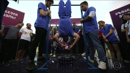 Estudante europeu se torna o mais rápido a resolver cubo mágico de cabeça pra baixo
