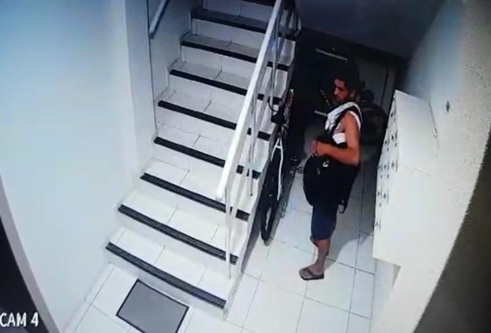 Para não chamar a atenção, o homem fica parado próximo à bicicleta, aguardando as luzes acionadas por sensor de presença se apagarem — Foto: Reprodução