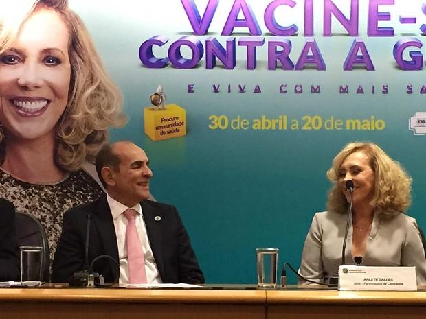O ministro Marcelo Castro e a atriz Arlete Salles em divulgação nesta quarta-feira (27), em Brasília, de campanha de vacinação contra gripe (Foto: Gabriel Luiz/G1)