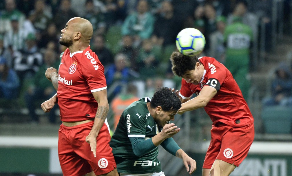 Bola aérea do Inter voltou a falhar contra o Palmeiras — Foto: Marcos Ribolli / GloboEsporte.com