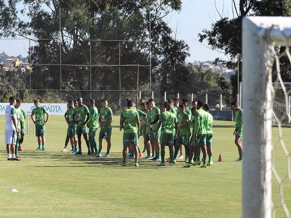 Elenco do América-MG já voltou a treinar  — Foto: Daniel Hott / América-MG