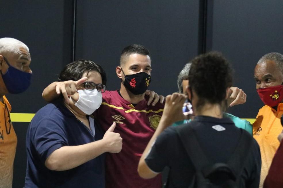 Thiago Neves chega ao Recife para assinar com o Sport — Foto: Marlon Costa/Pernambuco Press