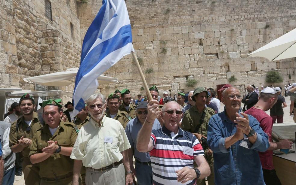 Grupo de judeus dança após cerimônia de Bar Mitzvah no Muro das Lamentações, em Jerusalém (Foto: MENAHEM KAHANA / AFP)