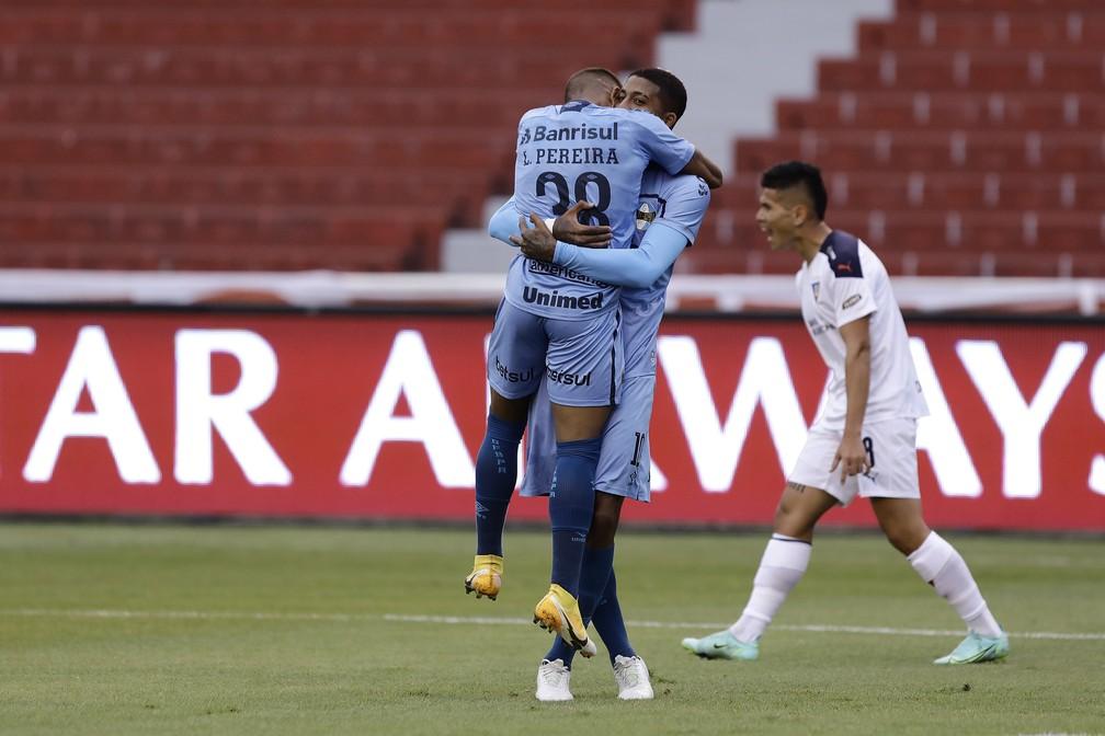 Léo Pereira abraça Jean Pyerre após jogada do gol contra a LDU — Foto: Staff Images / Conmebol