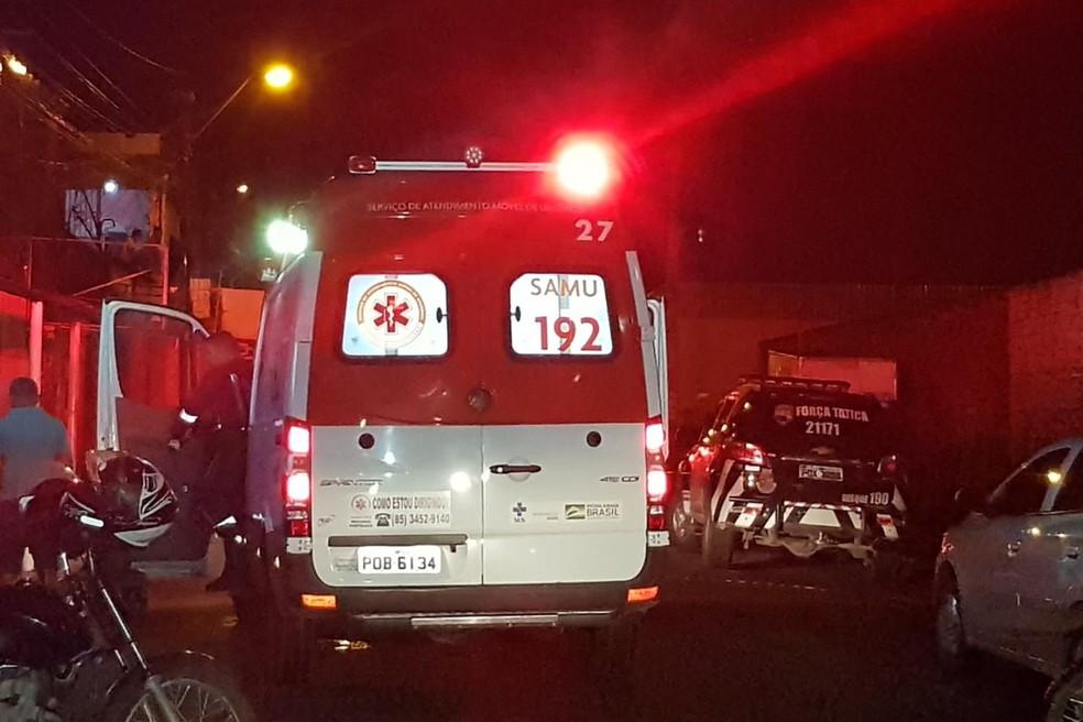 Duplo homicídio aconteceu na Rua Antônio Pereira, em Fortaleza — Foto: Rafaela Duarte/SVM