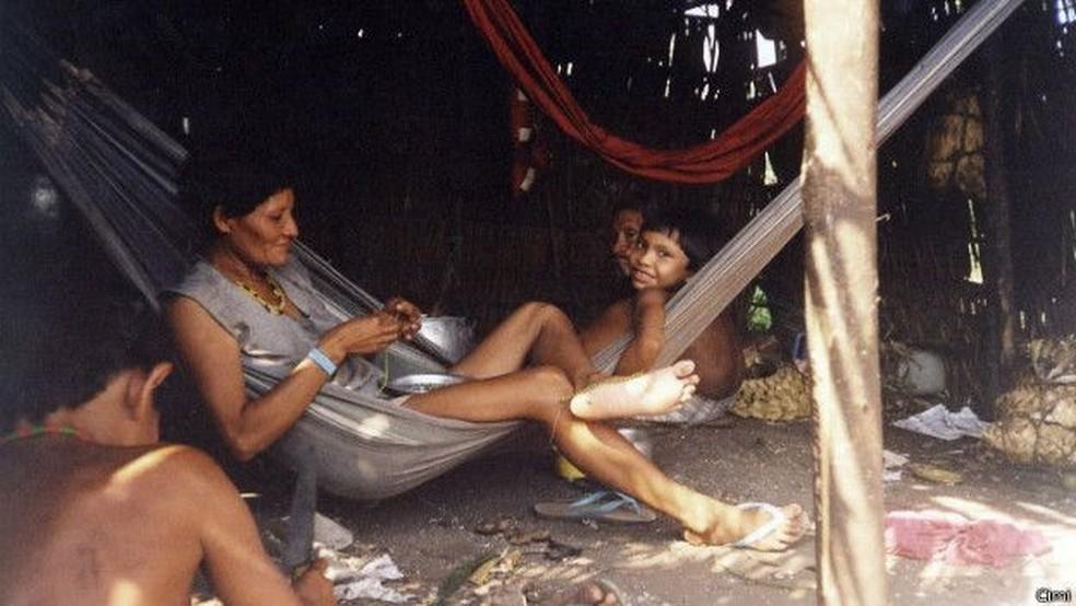 Raro registro de índios Arara em maloca próxima ao rio Iriri feito em 2010 pelo Conselho Indigenista Missionário (Cimi) — Foto: CIMI