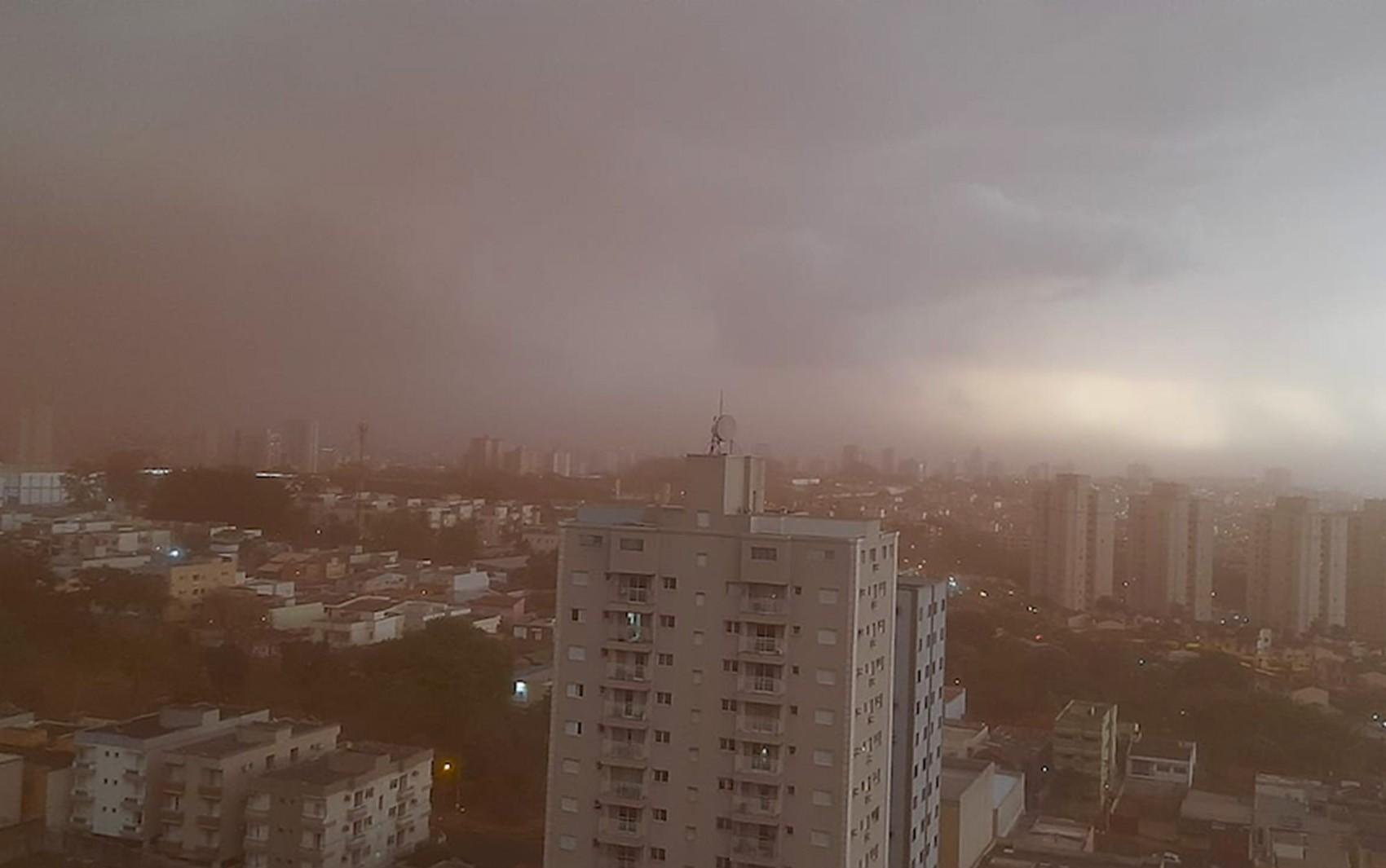 Nuvem vermelha de poeira cobre cidades da região de Ribeirão Preto antes da chuva; veja