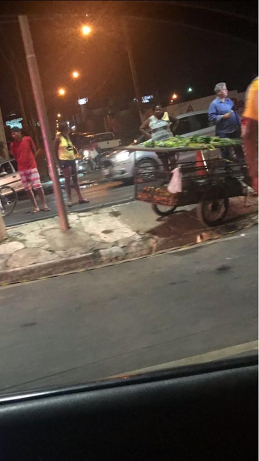 Foto mostra carrinho de verduras que vítima empurrava quando foi atropelada na Avenida Miguel Sutil, em Cuiabá (Foto: Divulgação)