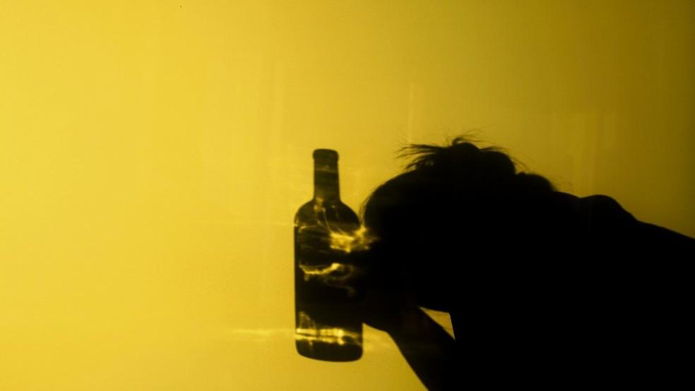 Segundo estudiosos, é clara a relação entre consumo excessivo de álcool e danos ao cérebro (Foto: Getty Images)