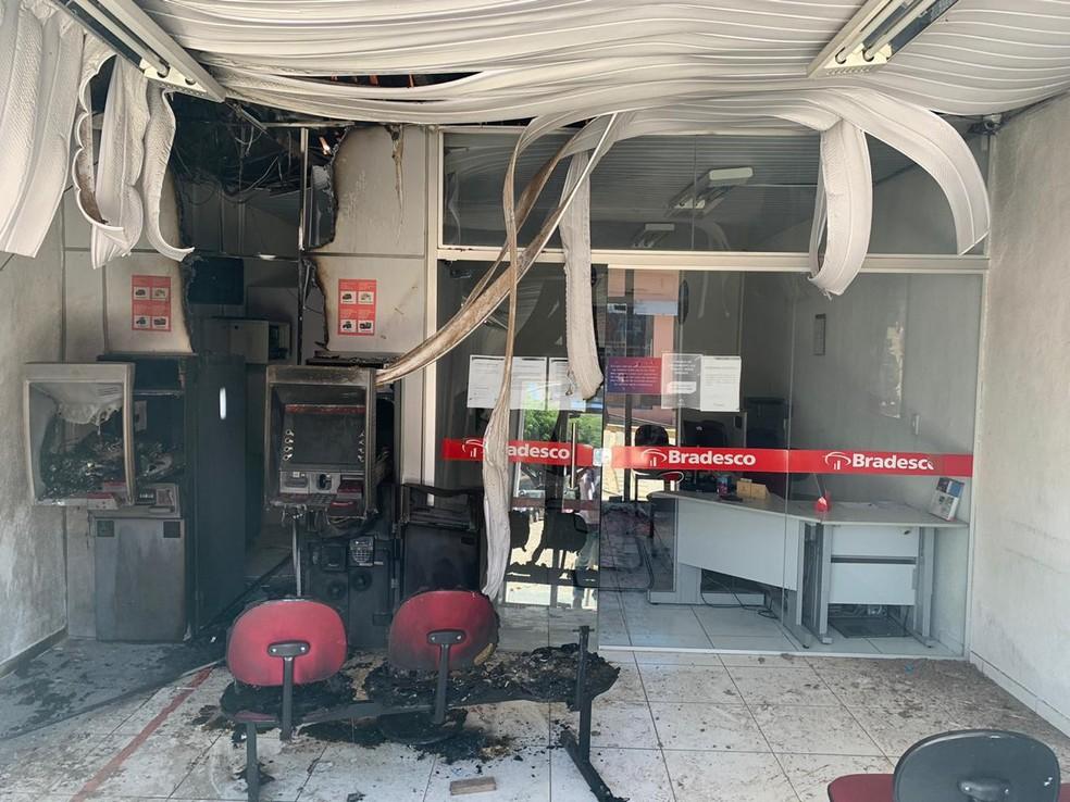 Suspeitos atearam fogo a agência bancária para disfarçar desvio de R$ 400 mil, no interior do Ceará. — Foto: Isac Macedo/Sistema Verdes Mares
