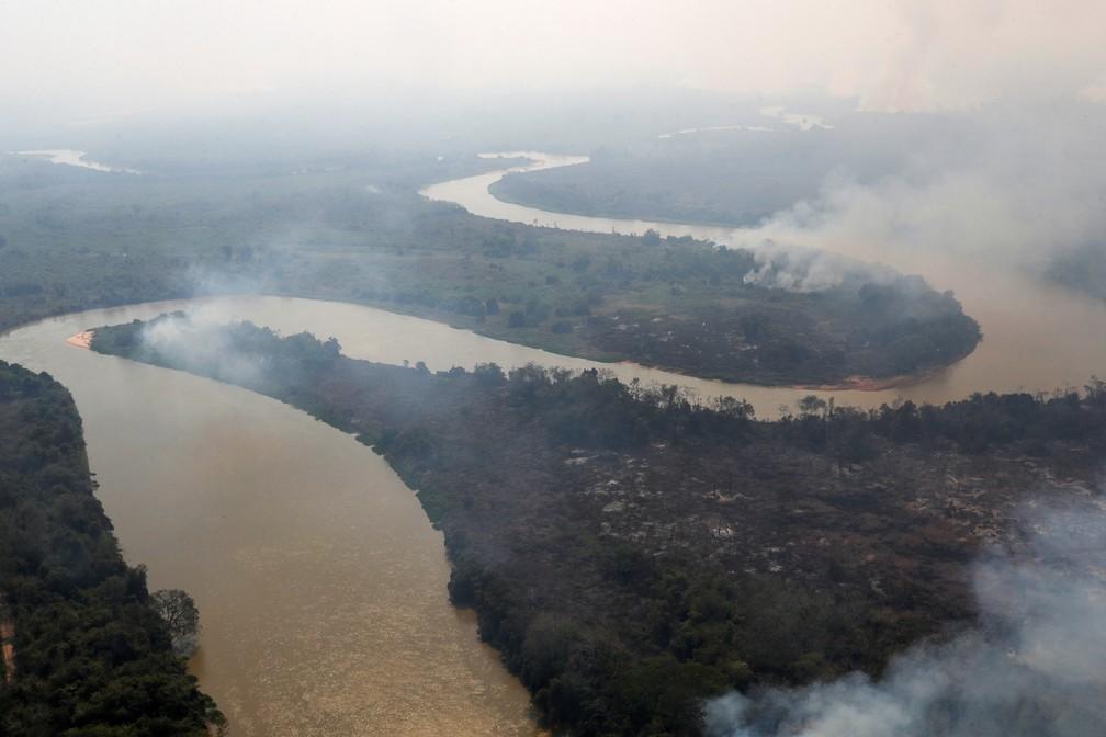 Fumaça de incêndio é vista perto do rio Cuiabá, em Poconé, Mato Grosso, no dia 28 de agosto. — Foto: Amanda Perobelli/Reuters