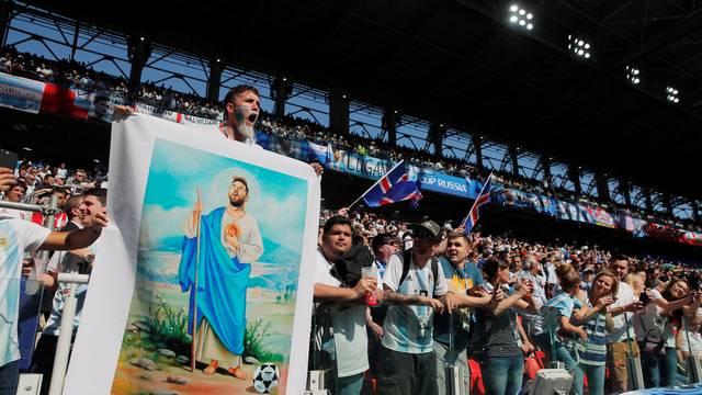 Messi santo em cartaz na torcida da Argentina
