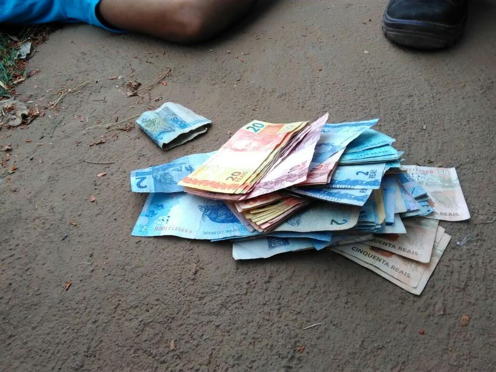 Dinheiro encontrado com suspeito foi adquirido no roubo (Foto: Alerta Rolim/Reprodução)