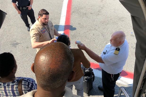 Passageiro publicou foto no Twitter no momento do desembarque (Foto: Reprodução/ Twitter)