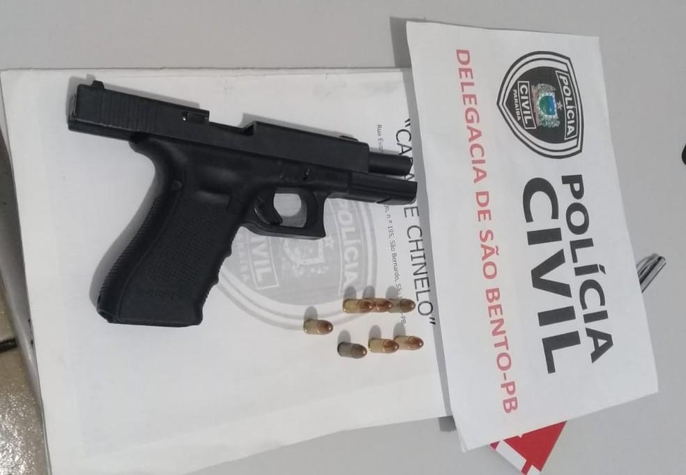 Pistola foi apreendida com o homem; ele é suspeito de 10 homicídios — Foto: Sylvio Rabello/Polícia Civil