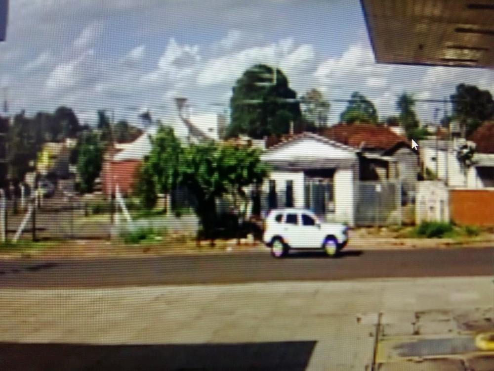 Reprodução das câmeras mostram veículo em que suspeito estacionou antes de entrar na escola em MS — Foto: Graziela Rezende/G1 MS