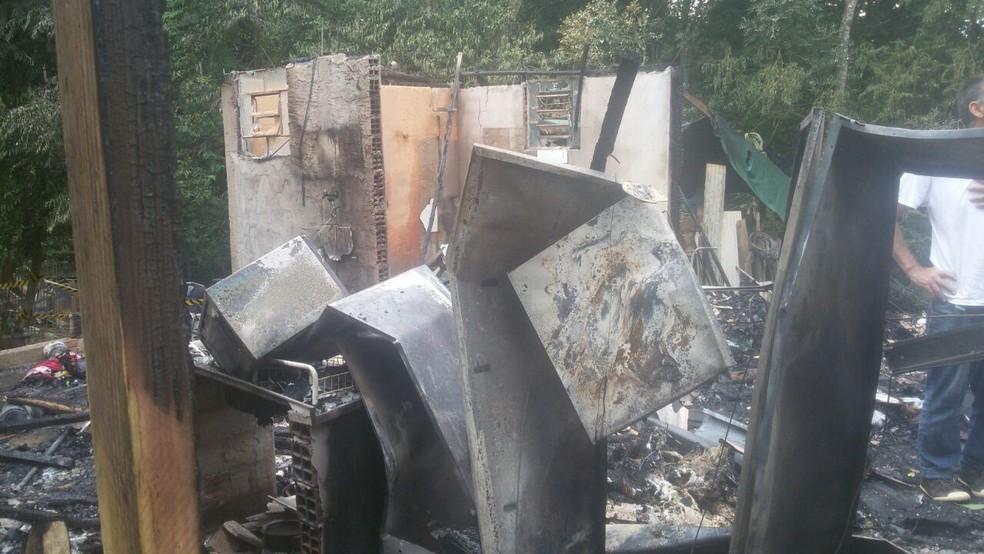 Casa de madeira ficou destruída em São Roque (Foto: Arquivo pessoal)