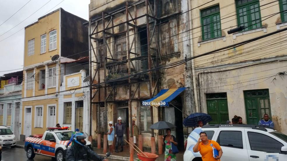 De acordo com os moradores, esta é a terceira vez que o imóvel sofre desabamentos só neste ano.  — Foto: Corpo de Bombeiros