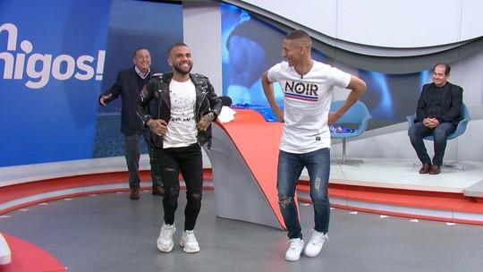 Richarlison diz que reviu tanto seu gol que não dormiu e faz dança do pombo com Daniel Alves