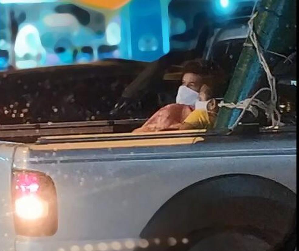 Paciente com Covid-19 é levado na caçamba de carro para hospital em Chapecó (SC) — Foto: Amanda Tomasi/Reprodução