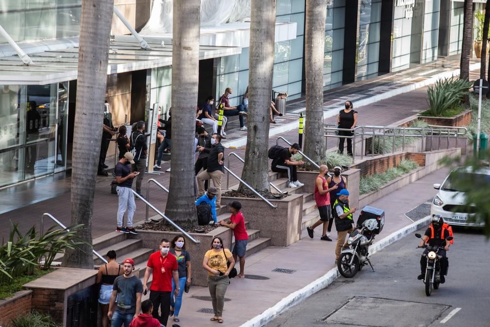 Circulação de pessoas no Morumbi Shopping durante a reabertura, na véspera do dia dos namorados — Foto: VAN CAMPOS/FOTOARENA/FOTOARENA/ESTADÃO CONTEÚDO