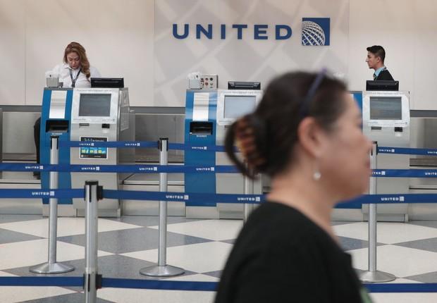 Logo da companhia aérea United Airlines é visto em aeroporto de Chicago (Foto: Scott Olson/Getty Images)
