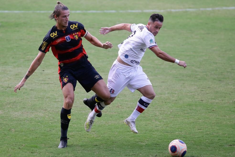 Maidana e Pipico em confronto entre Sport e Santa Cruz pela rodada final do Pernambucano 2020 — Foto: Anderson Stevens / Sport Club do Recife