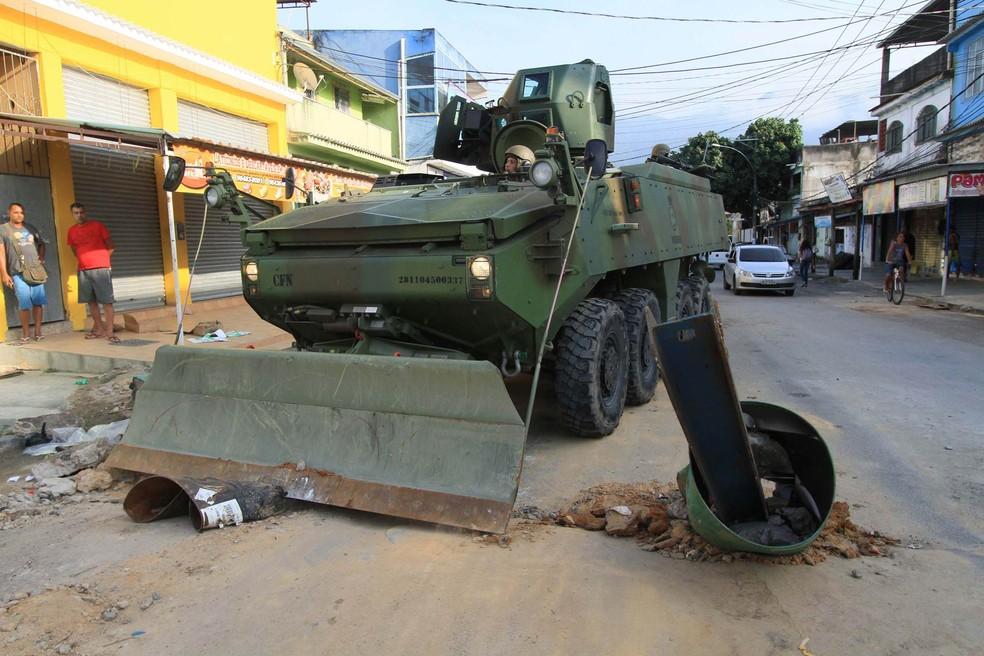 Tanque do Exército derruba barreiras colocadas por traficantes em rua da Vila Kennedy, na Zona Oeste do Rio de Janeiro. (Foto: Jose Lucena/Futura Press/Estadão Conteúdo)