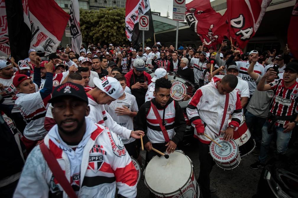 Torcida do São Paulo levou bateria para o aeroporto — Foto: Felipe Rau / Estadão Conteúdo