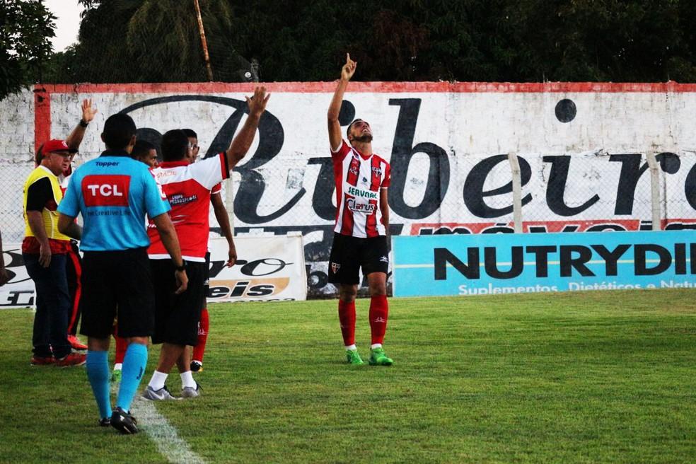 Na partida contra o Altos-PI, o atacante marcou três gols - o famoso hat-trick (Foto: Renan Morais/GloboEsporte.com)
