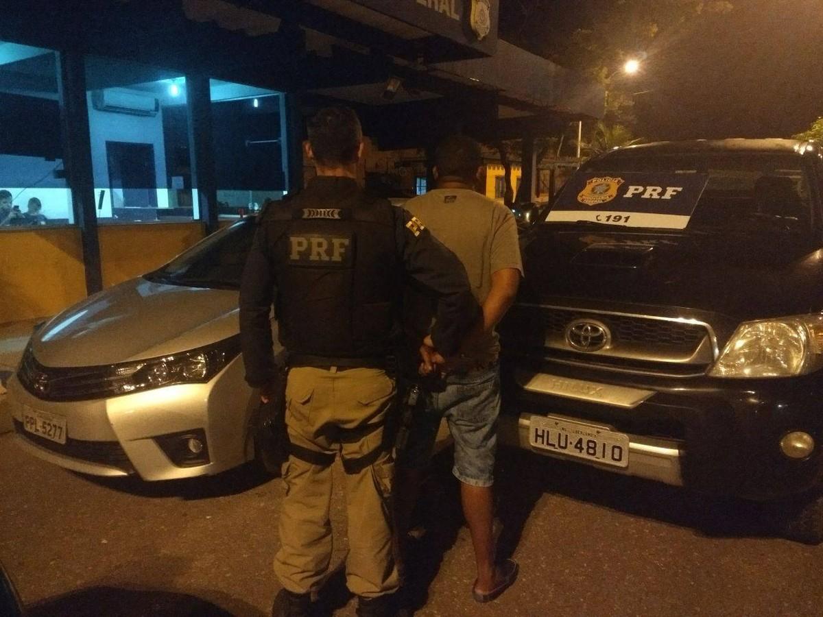Homem é detido com carro roubado após dar carona a suspeito que fugiu da polícia na BR-101, em Campos, no RJ