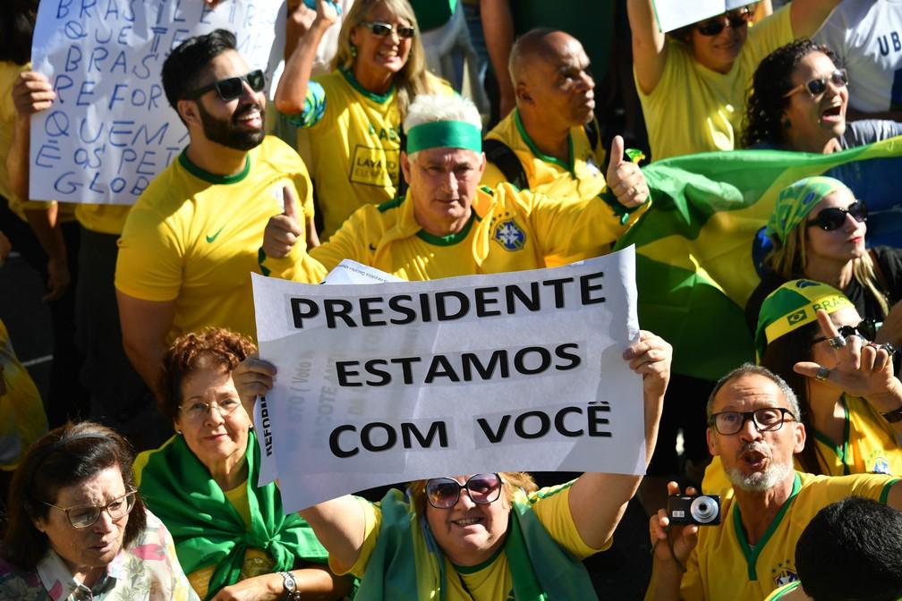 26 de maio - Apoiadores do governo Bolsonaro exibem cartazes durante protesto na Avenida Paulista, em São Paulo — Foto: Nelson Almeida/AFP