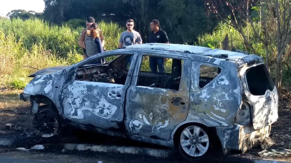 Carro do motorista do aplicativo foi encontrado incendiado no bairro Alto Boqueirão (Foto: Luiza Vaz/RPC)