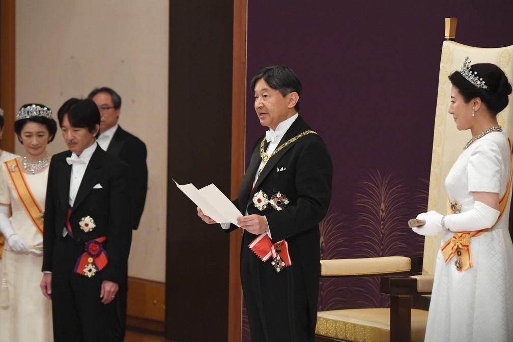 O novo imperador do Japão, Naruhito, faz o primeiro discurso ao lado da nova imperadora, Masako. Naruhito prometeu que seguirá o curso estabelecido por seu pai, Akihito. — Foto: Japan Pool via AP
