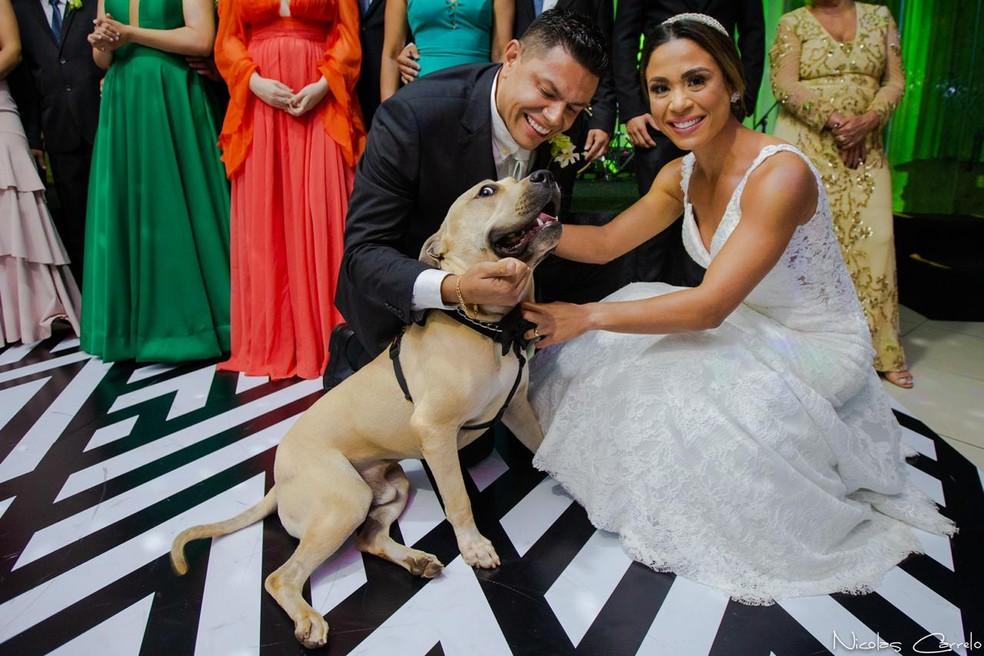 Cão brincalhão que fez sucesso na internet participa do casamento dos donos, em Campo Grande. — Foto: Nícolas Carrelo