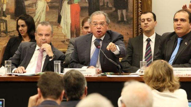 Paulo Guedes sem sessão da CCJ, da Câmara; para FHC, ele age como professor com os parlamentares, não como político (Foto: FABIO RODRIGUES POZZEBOM/AGÊNCIA BRASIL, via BBC)